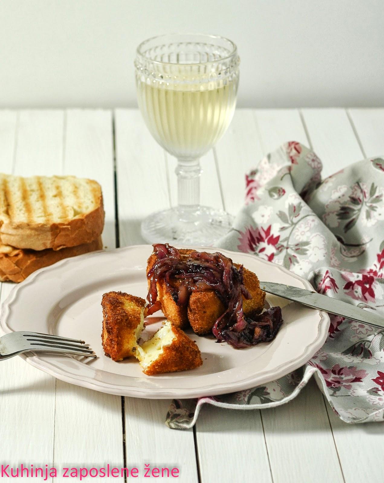 Pohovani kamember sa karamelizovanim lukom / Fried Camembert with caramelized onions