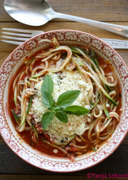 Zudle (špagete od tikvica) u paradajz sosu / Zoodles with tomato sauce
